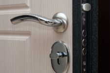Входная металлическая дверь ФорпостБел. Модель Ф-01. Основной замок и ручка изнутри.