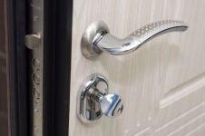 Входная металлическая дверь ДК модель Флоренция основной замоки и ручка - вид изнутри